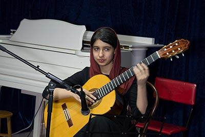 اجرای گیتار توسط هنرجوی آرتیمان